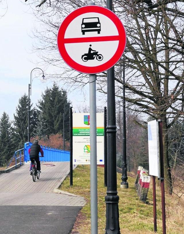 Po moście poruszają się rowerzyści i piesi. Samochody osobowe mogą przejeżdżać, ale tylko te, które mają specjalne pozwolenie