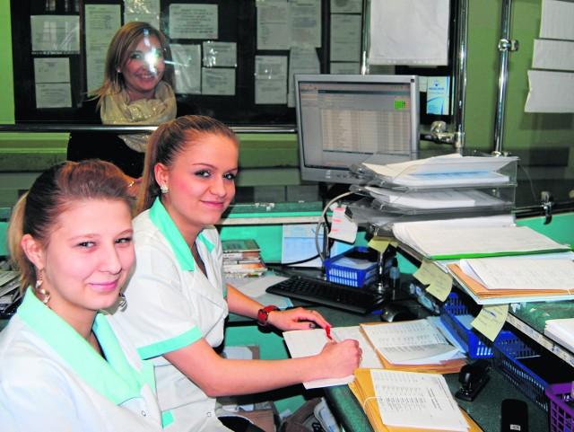 """Aleksandra Badura i Beata Sitarz, rejestratorki z chrzanowskiego """"Diabetu"""" twierdzą, że codziennie przychodzą osoby, które muszą wypełniać oświadczenie o ubezpieczeniu, bo nie ma ich w systemie."""