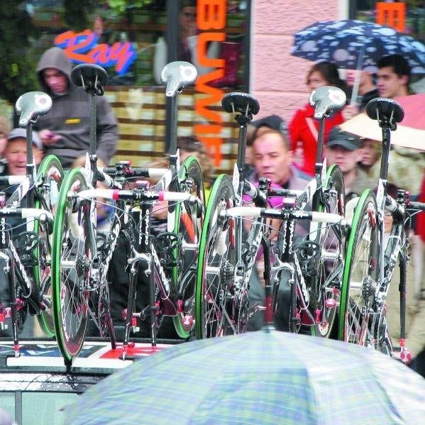 Moknący na deszczu kibice mieli wielkie nadzieje na zobaczenie w Bielsku ścigających się najlepszych kolarzy świata. Zobaczyli jednak same rowery odjeżdżające na dachach samochodów.