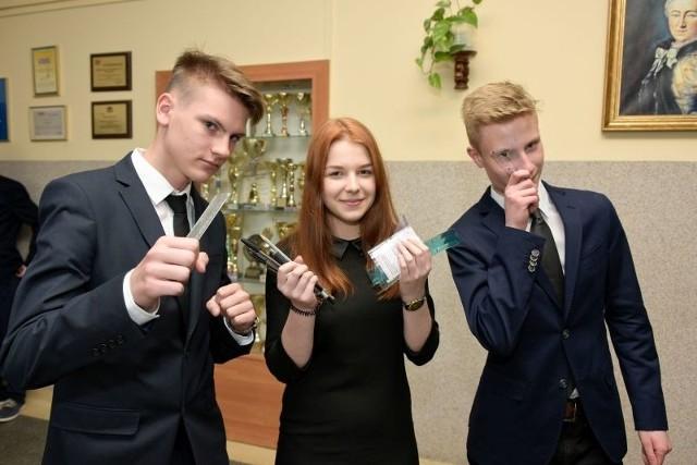 Przedmioty ścisłe już za nimi, w czwartek czas na język obcy. Od prawej: Wojciech Kamiński, Justyna Nieradko i Filip Sasinowski z PG 3.