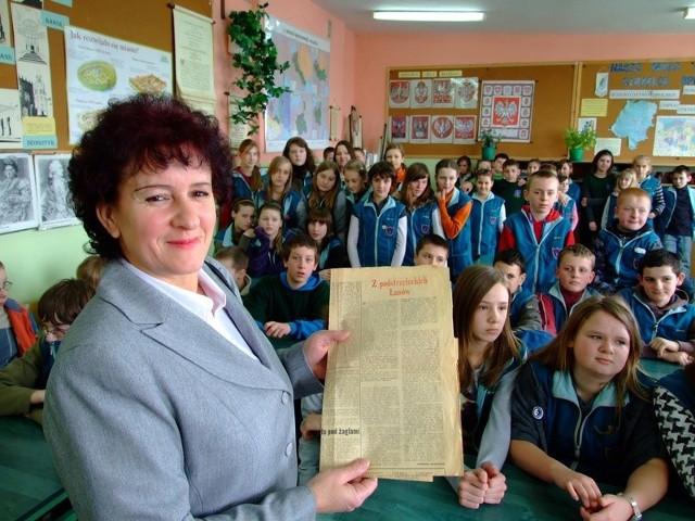 """- Przeczytałam uczniom poświęcony wujkowi artykuł z """"Trybuny Opolskiej"""" z 1984 roku - mówi Cecylia Kowalczyk."""