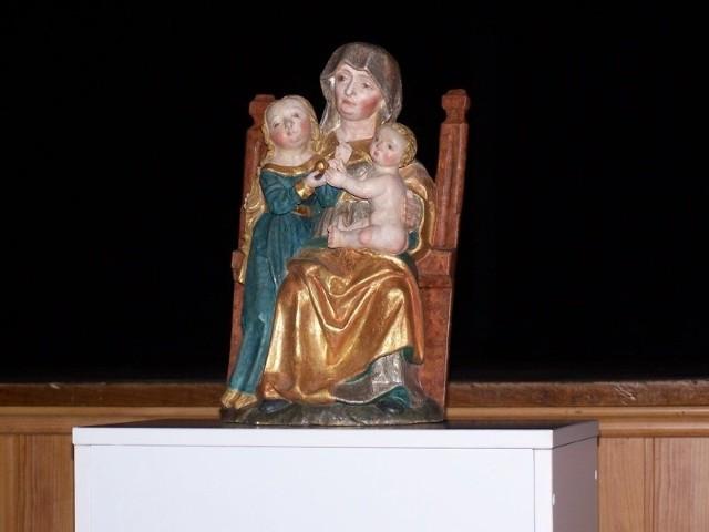 500-letnia gotycka figura była obok ołtarza ze szkoly Wita Stwosza największym skarbem drewnianego kościoła św. Anny w Oleśnie. Tryptyk został w 1994 roku skradziony, figura św. Anny na szczęście ocalała. Jest jednak przechowywany w zamknięciu, rzadko jest okazja, żeby go oglądać.