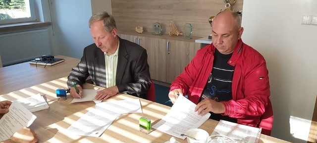 Wójt gminy Lipnica podpisał umowy z wykonawcami robót na przebudowę dróg w m. Lipnica.