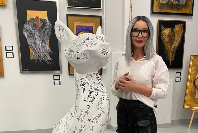 """Słynna projektantka mody, Ewa Minge, pokazuje swoje kolejne oblicze. Wystawę jej prac zatytułowaną """"Wszystkie moje grzechy główne"""" można zobaczyć w Praskim Centrum Kultury Koneser."""