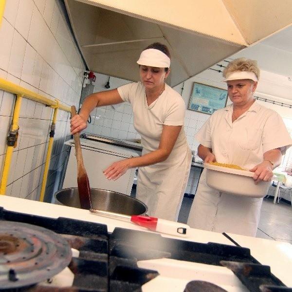 Katarzyna Ścieśnińska i Lidia Piechowska przygotowują obiad dla uczniów SP 20 w Bydgoszczy.