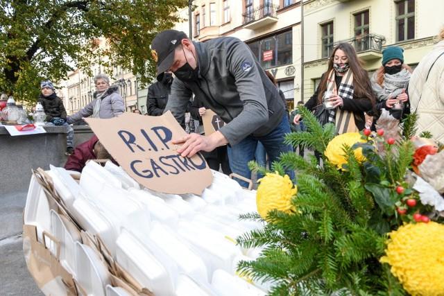 Symboliczny pogrzeb toruńskiej gastronomii. To branża, która wybitnie ucierpiała w pandemii.