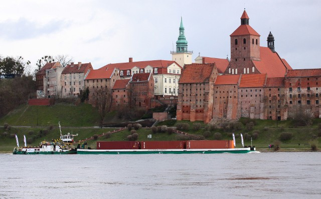 Barka płynie Wisłą z Gdańska do Chełmna. To pierwszy komercyjny transport kontenerowy od wielu lat. Transportowi towarzyszy jednostka   Regionalnego Zarządu Gospodarki Wodnej w Gdańsku