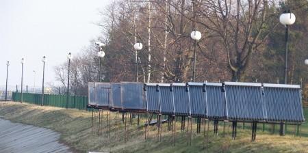 Baterie ogniw slonecznych postawionych na obszarze elektrowni.