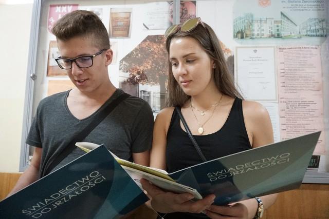 Olgierd Strzelczyk i Weronika Piłat, zadowoleni ze zdobytego świadectwa dojrzałości absolwenci XXV LO w Łodzi