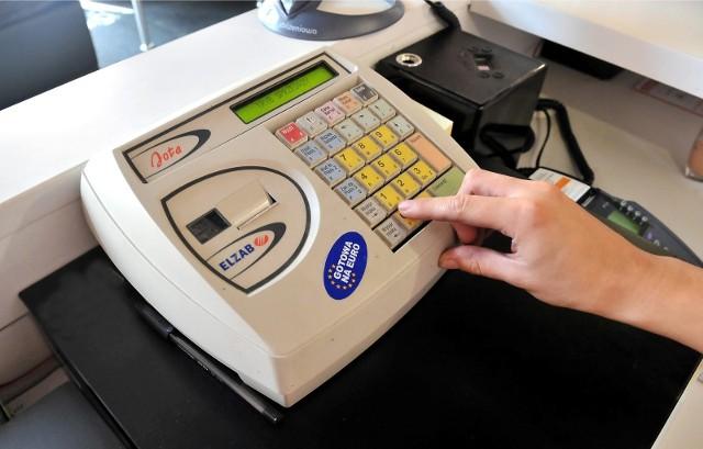Kasy z elektronicznym zapisem kopii zostaną ostatecznie wycofane do 31 grudnia 2022 roku. Wyjątkiem będą podatnicy prowadzący działalność w branżach szczególnie narażonych na nieprawidłowości w zakresie ewidencjonowania sprzedaży, którzy zostaną objęci bezwzględnym obowiązkiem wymiany kas już wcześniej.