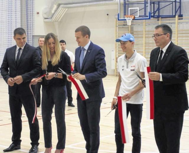 Od lewej dyr. Sebastian Danikiewicz, Justyna Kowalczyk, minister  sportu Witold Bańka, Kamil Stoch i dyr. COS Cezary Jurkiewicz