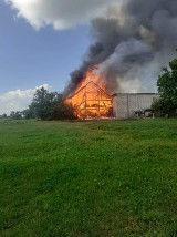 Pożar w Osowie. Rolnik stracił maszyny i część budynków. Potrzebna jest pomoc [ZDJĘCIA]