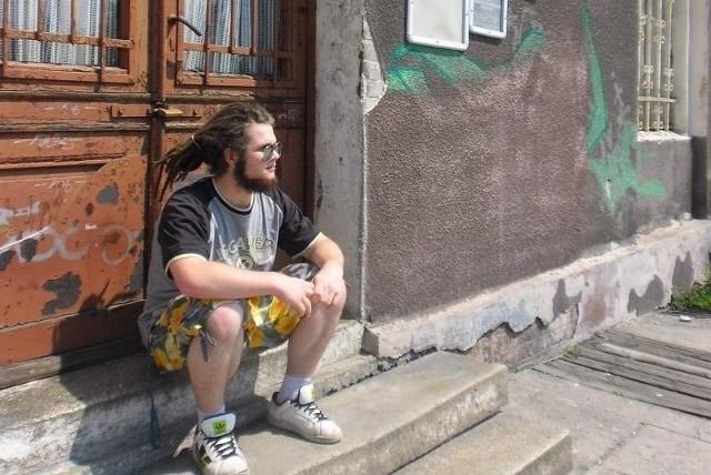 - Nie da się kupić biletu, nie da się nawet wejść do budynku, żeby poczekać na pociąg - narzeka Sławek, mieszkaniec Wołczyna.