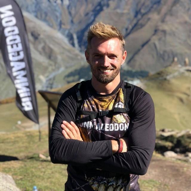 Jarosław Bieniecki to twórca popularnej serii biegów przełajowych z przeszkodami Runmageddon