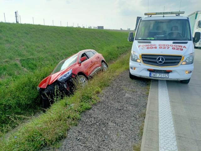 Samochód wpadł do rowu przy autostradzie A4. Utrudnienia w kierunku Wrocławia