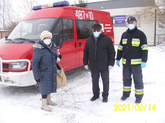 Strażacy powiatu lipskiego pomagają przy transporcie osób na szczepienia przeciwko COVID-19.