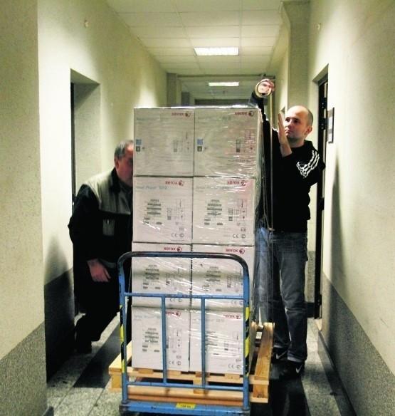 Pracownicy Urzędu Miejskiego w Lubinie spakowali w piątek komputery i wysłali je do Warszawy