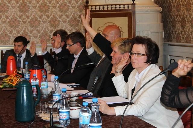 Klub SD wraz z byłą panią komisarz Małgorzatą Kuźniar (w białym żakiecie) traci większość w radzie.