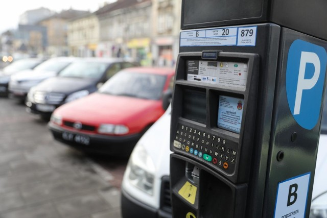 Obecnie kierowcy mają 5 minut na dokonanie opłaty za postój w strefie parkowania. Radny Łukasz Gibała wnioskuje, by wydłużyć ten czas do 15 minut.