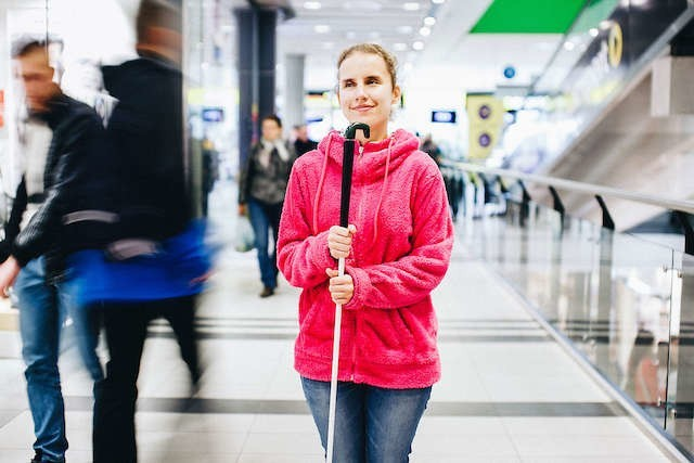 Katarzyna Świątek na Międzynarodowym Dniu Białej Laski w Focus Mall prosiła o głośne komunikaty w autobusach i oznaczanie chodników