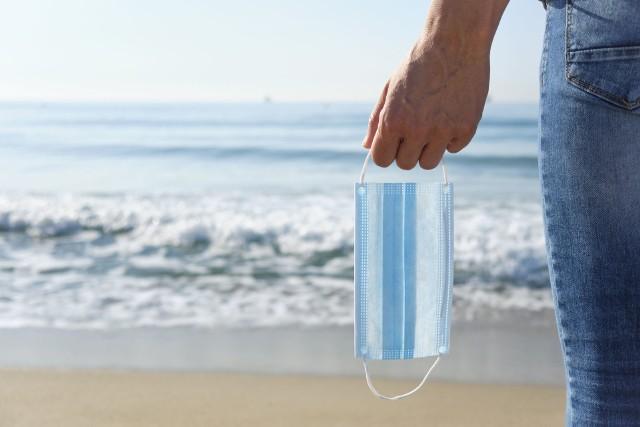 Mandat za brak maseczki i niezachowanie dystansu na plaży? Tak wygląda to nad Bałtykiem.