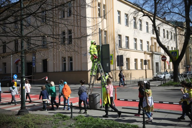 Na ulicach Retoryka i Smoleńsk wprowadzane są zmiany w organizacji ruchu. Okoliczni mieszkańcy alarmują, że takie działania spotęgowały problemy parkingowe w tym rejonie.