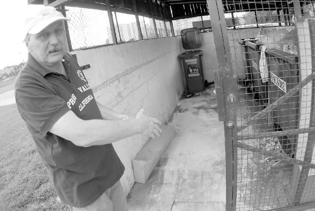 - Nasz kosz na bioodpady wciąż cuchnie - mówi Tomasz Rożański, mieszkaniec ulicy Kieleckiej. (fot. Witold Chojnacki)