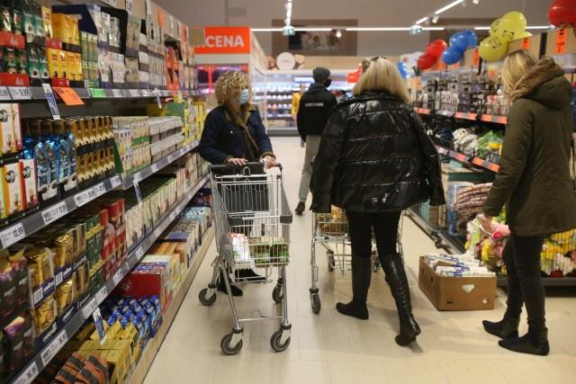 Promocje w supermarketach w maju 2021 pozwolą Ci sporo zaoszczędzić. Co ważne, nie musisz przeglądać gazetek promocyjnych sklepów. My zrobiliśmy to za Ciebie! Wybraliśmy najciekawsze oferty z takich sklepów jak Biedronka, Kaufland, Lidl, Aldi, Netto, POLOmarket czy Auchan. Na początek maja sieci handlowe przygotowały wyjątkowe promocje i obniżyły ceny produktów nawet o 99%. Jest jednak pewien haczyk. Im więcej kupicie, tym więcej możecie zaoszczędzić. Zobaczcie aktualne promocje w sklepach. Taniej kupicie mięso, proszek do prania, lody, kawę, warzywa i wiele innych produktów. Czytaj dalej. Przesuwaj zdjęcia w prawo - naciśnij strzałkę lub przycisk NASTĘPNE