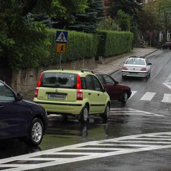 Jeden z newralgicznych punktów to skrzyżowanie ul. Grodzkiej, Tkackiej i P. Skargi. Jeszcze wczoraj kierowcy ignorowali wysepkę wykluczającą jazdę z Tkackiej w Piotra Skargi.