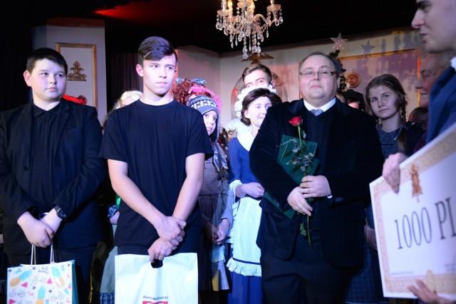 """Zdjęcia z musicalu """"Annie"""" przygotowanego przez Teatr """"Nasz"""" w reżyserii Pawła Jarosza, dyrektora Ogniska Pracy Pozaszkolnej w Wadowicach."""