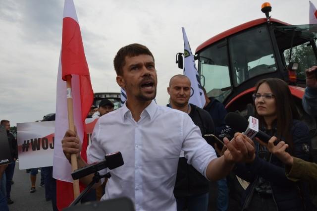 Zgodnie z zapowiedziami, w środę, 4 sierpnia, po godz. 8 rolnicy zablokowali drogę DK12 w Rękoraju. Kilkadziesiąt osób z traktorami i transparentami utrudnia od rana przejazd.CZYTAJ DALEJ>>>.