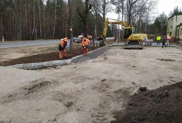 Trwają prace budowlane przed siedzibą Powiatowego Zarządu Dróg Publicznych w Białobrzegach.