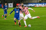 Lech Poznań znowu przegrywa (1:2) i podaje pomocną dłoń Cracovii. Kolejna kompromitacja Kolejorza - przegrał z najsłabszą drużyną ligi