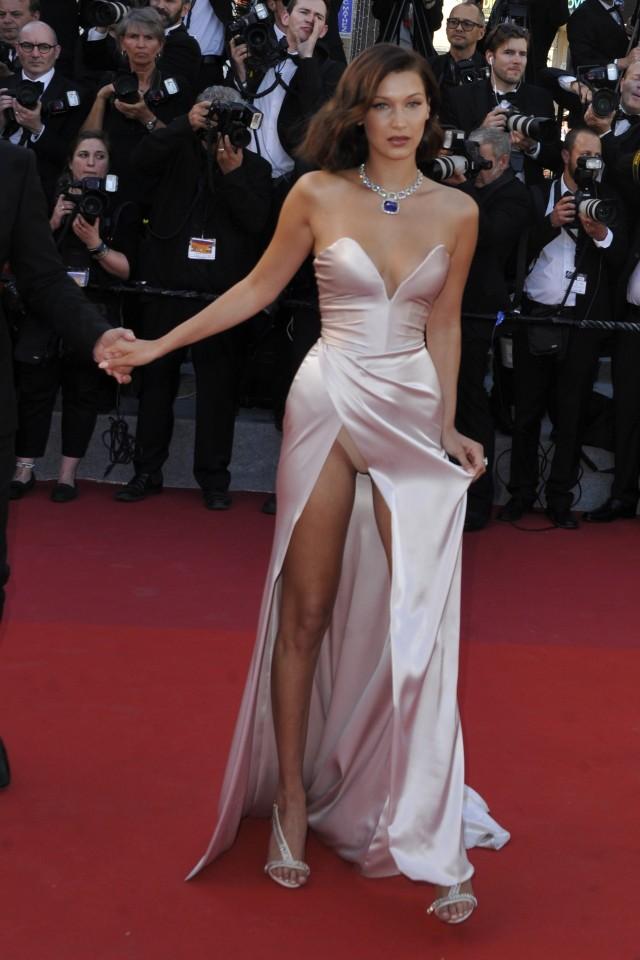 Bella Hadid wybrała suknię z odrobinę za dużym rozcięciem