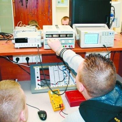 Najnowszy kierunek Państwowej Wyższej Szkoły Informatyki i Przedsiębiorczości to automatyka i robotyka. Studenci mają dobrze wyposażone pracownie, na zdjęciu: sprzęt do pomiarów.