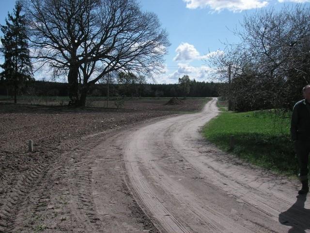 W Nowym Jasińcu droga gminna kończy się na widocznym po lewej stronie słupku granicznym, wbitym już po zaoraniu drogi
