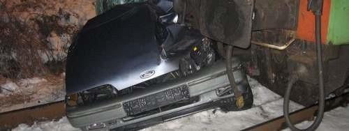 Kierowca tego forda zawiesił auto na torach kolejowych w podgorzowskim Czechowie. Nie powiadomił policji, tylko uciekł. W auto wpakował się pociąg relacji Rzeszów - Krzyż. Pchał wóz ponad 200 metrów! Na drugi dzień wystraszony właściciel forda próbował złożyć zawiadomienie o kradzieży auta