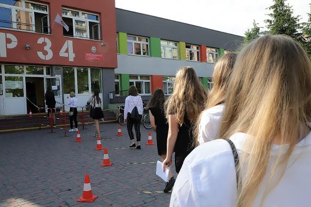 Egzamin ósmoklasisty 2020 rozpoczął się we wtorek (16 czerwca) sprawdzianem z języka polskiego. Przed jego początkiem zajrzeliśmy do Szkoły Podstawowej nr 34 w Łodzi.