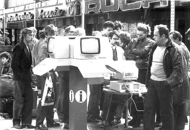 To zaledwie nieco ponad dwadzieścia lat, a zupełnie inny świat. Zobaczcie, jak wyglądał wrocławski Dworzec Główny w latach dziewięćdziesiątych. Kto pamięta kolejki do pierwszych infomatów, które pozwalały na sprawdzenie rozkładu jazdy w czasach, gdy mało kto w Polsce wiedział jeszcze co to internet? Zobaczcie galerię zdjęć - posługujcie się klawiszami strzałek, myszką lub gestami.