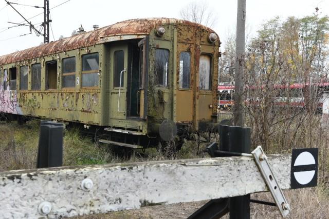 Wagony niedoszłej kolei marszałkowskiej pochodzą z lat 40. ubiegłego wieku. Tak wyglądają obecnie