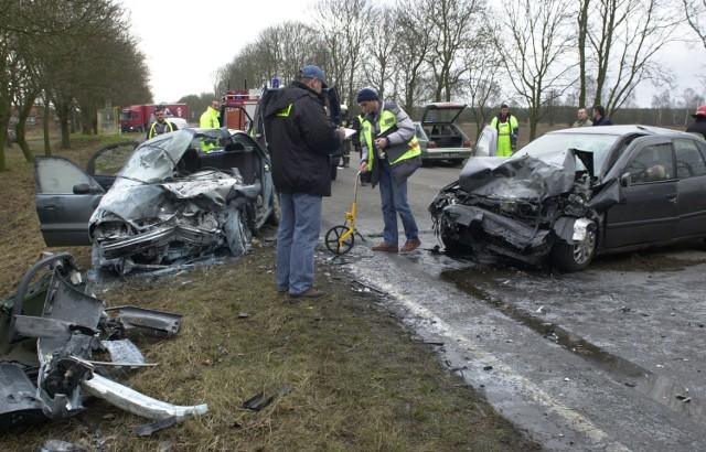Strażacy musieli porozcinać karoserię lanosa, by wydobyć zakleszczoną wewnątrz auta kobietę.