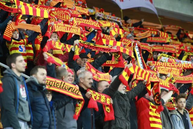 """Podczas piątkowego meczu Jagiellonia - Lech na trybunach Stadionu Miejskiego w Białymstoku zasiadło ponad 12 tys. widzów. Od początku spotkania, fani """"żółto-czerwonych"""" gorąco dopingowali swoich piłkarzy i to pomimo faktu, że białostocka drużyna przegrywała przez większość spotkania. Gol Novikovasa w końcówce spotkania, spowodował więc euforię na trybunach."""