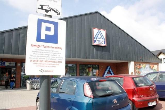 """Parkowanie przy sklepach Aldi czy Biedronka, dla wielu klientów było uciążliwe i w wielu przypadkach skończyło się """"mandatami"""". Skargi do Urzędu Ochrony Konkurencji i Konsumentów na firmę TD System, która zarządzała tymi parkingami, zakończyły się nałożeniem kary."""