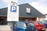 Płatne parkowanie przy sklepach Aldi i Biedronka zmorą wielu klientów. UOKiK nałożył karę na operatora parkingów. Masz szansę na zwrot kasy