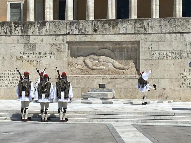 Efektowna, oryginalna odprawa warty ewzonów przed ateńskim parlamentem - zwykle obserwowana przez tłumy. Obok nas w lipcowe popołudnie stało kilkanaście osób...