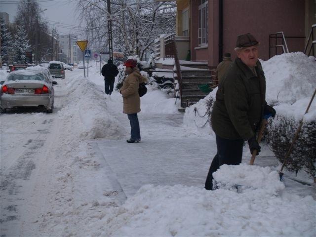 Gdyby nie pospolite ruszenie wyszkowian z łopatami, chodnikami nie dałoby się przejść