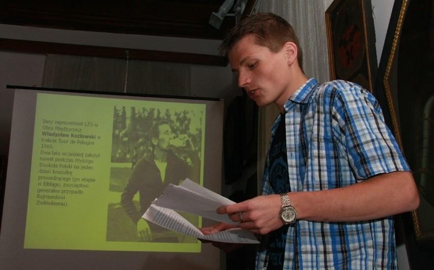 Wolfgang Damian Brylla przygotował referat o międzyrzeckim etapie Wyścigu Pokoju w 1971 r. W tle zdjęcie kolarza z klubu Obra Władysława Kozłowskiego.