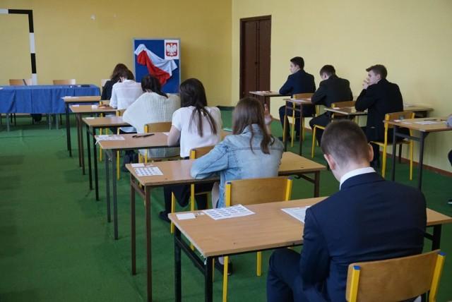 Próbny egzamin ósmoklasisty 2018: Język polski - zobacz na kolejnych slajdach w galerii arkusz wraz z prawidłowymi odpowiedziami ------->