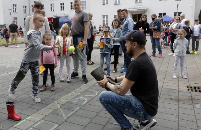 """Podczas festynu """"Teatr na sportowo"""" w Grudziądzu zorganizowano liczne zmagania sportowe, a w finale wystawiono spektakl """"Jaś i Małgosia"""""""