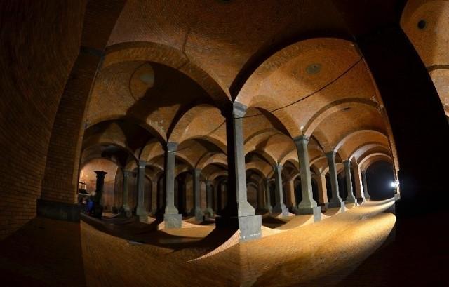 Sklepienie wsparte jest na 100 kolumnach. Ściany w kształcie łuków mają wytrzymać napór wody zgromadzonej w zbiornikach.
